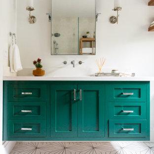 Idéer för att renovera ett mellanstort funkis vit vitt en-suite badrum, med blå skåp, ett fristående badkar, våtrum, en toalettstol med hel cisternkåpa, flerfärgad kakel, mosaikgolv, ett undermonterad handfat, bänkskiva i kvarts och dusch med gångjärnsdörr