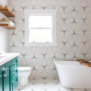 Idée de décoration pour une salle de bain principale design de taille moyenne avec une baignoire indépendante, un espace douche bain, un WC à poser, un carrelage multicolore, un carrelage noir et blanc, un sol en carrelage de terre cuite, un lavabo encastré, un plan de toilette en quartz modifié, une cabine de douche à porte battante, un plan de toilette blanc, un placard à porte shaker, des portes de placards vertess, un mur blanc et un sol multicolore.