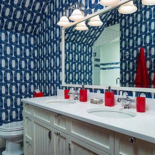 Diseño de cuarto de baño infantil, costero, con puertas de armario beige, paredes multicolor, lavabo bajoencimera y encimeras blancas
