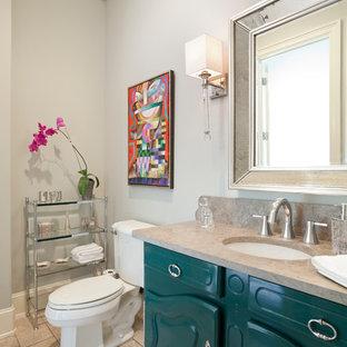Foto di una stanza da bagno chic con lavabo sottopiano, consolle stile comò, ante verdi, top in pietra calcarea, WC a due pezzi, pareti grigie e pavimento in travertino
