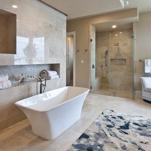 Idéer för ett mellanstort klassiskt en-suite badrum, med släta luckor, skåp i mellenmörkt trä, ett fristående badkar, en hörndusch, beige kakel, travertinkakel, beige väggar, travertin golv, ett undermonterad handfat och bänkskiva i kvarts