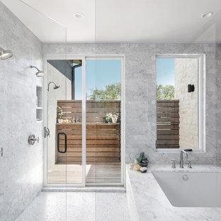 На фото: большая главная ванная комната в современном стиле с полновстраиваемой ванной, душевой комнатой, красной плиткой, керамической плиткой, красными стенами, полом из мозаичной плитки, мраморной столешницей, серым полом и душем с распашными дверями с