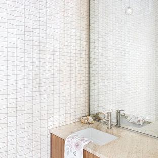 Esempio di una stanza da bagno con doccia design con ante lisce, ante viola, piastrelle bianche, piastrelle in travertino, lavabo sottopiano e top in quarzo composito