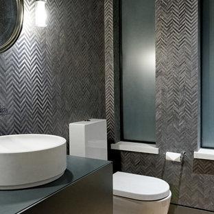 Ejemplo de cuarto de baño con ducha, contemporáneo, extra grande, con armarios con paneles lisos, puertas de armario grises, ducha a ras de suelo, sanitario de dos piezas, suelo de madera clara, lavabo sobreencimera, encimera de zinc, ducha con puerta con bisagras y encimeras grises