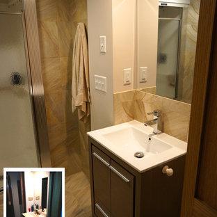 Modelo de cuarto de baño con ducha, bohemio, pequeño, con lavabo integrado, armarios tipo mueble, puertas de armario de madera en tonos medios, encimera de cuarzo compacto, ducha empotrada, sanitario de dos piezas, baldosas y/o azulejos beige, baldosas y/o azulejos de cerámica, paredes beige y suelo de baldosas de porcelana