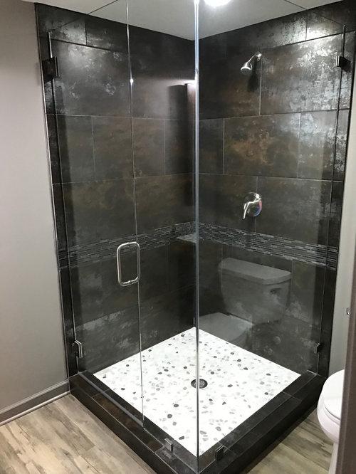 Bagno industriale con piastrelle a listelli foto idee - Piastrelle grigie bagno ...