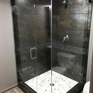 Esempio di una piccola stanza da bagno con doccia industriale con doccia ad angolo, WC a due pezzi, pistrelle in bianco e nero, piastrelle grigie, piastrelle multicolore, piastrelle a listelli, pareti grigie e parquet chiaro