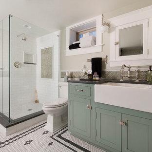 Klassisk inredning av ett stort badrum, med en hörndusch, beige väggar, ett fristående handfat, skåp i shakerstil och gröna skåp