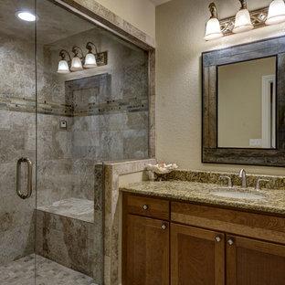 Foto di una stanza da bagno con doccia classica di medie dimensioni con ante con riquadro incassato, ante in legno scuro, doccia alcova, pareti beige, lavabo sottopiano, top in granito, porta doccia a battente e top multicolore