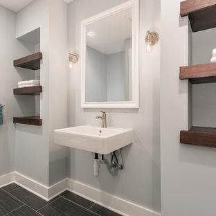 Modelo de cuarto de baño con ducha, actual, de tamaño medio, con ducha empotrada, paredes grises, suelo vinílico, lavabo suspendido y suelo negro