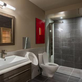 Exempel på ett modernt badrum, med en öppen dusch, ett urinoar och med dusch som är öppen