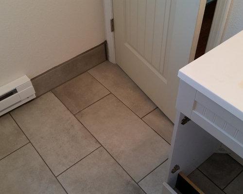 Bagno con top in acciaio inossidabile e pavimento in laminato - Foto ...