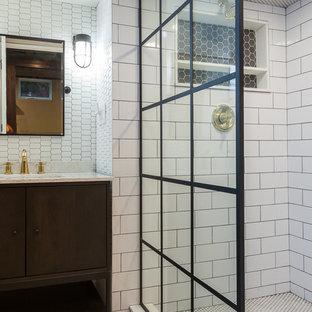 Foto di una piccola stanza da bagno per bambini minimalista con ante lisce, ante grigie, doccia alcova, WC a due pezzi, piastrelle bianche, piastrelle in gres porcellanato, pavimento in marmo, top in superficie solida, pavimento multicolore, doccia aperta e top bianco