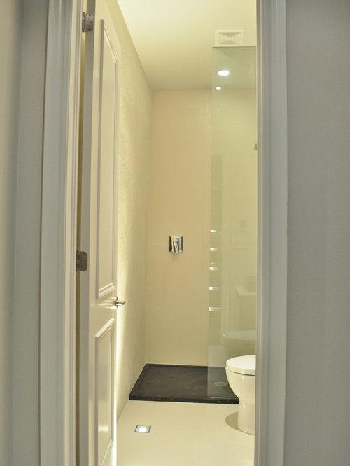 Salles de bains et wc jaunes avec un plan de toilette en for Surface moyenne salle de bain
