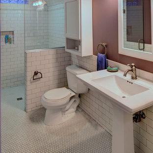 Kleines Duschbad mit Sockelwaschbecken, bodengleicher Dusche, Wandtoilette mit Spülkasten, weißen Fliesen, Metrofliesen, lila Wandfarbe und Mosaik-Bodenfliesen in Sonstige