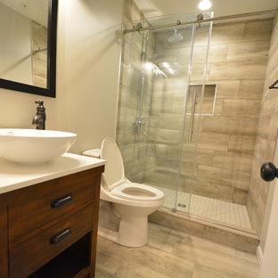 Foto på ett mellanstort funkis vit badrum med dusch, med möbel-liknande, skåp i mörkt trä, en dusch i en alkov, en toalettstol med hel cisternkåpa, beige väggar, vinylgolv, ett fristående handfat, bänkskiva i kvarts, brunt golv och dusch med skjutdörr