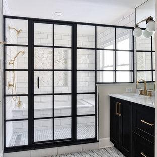 Foto di una grande stanza da bagno padronale minimalista con ante in stile shaker, ante nere, vasca sottopiano, vasca/doccia, WC monopezzo, piastrelle bianche, piastrelle diamantate, pareti bianche, pavimento con piastrelle a mosaico, lavabo sottopiano, porta doccia a battente e top bianco