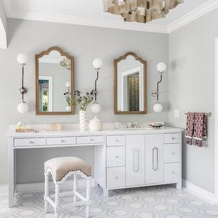 Inspiration för ett eklektiskt badrum, med släta luckor, vita skåp, grå väggar, ett undermonterad handfat och grått golv