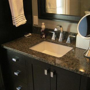 Idéer för mellanstora vintage en-suite badrum, med ett undermonterad handfat, skåp i shakerstil, skåp i mörkt trä, bänkskiva i kvarts, en dusch i en alkov, en toalettstol med separat cisternkåpa, grå kakel, porslinskakel, grå väggar och klinkergolv i porslin