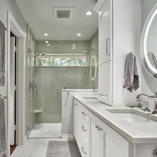 Источник вдохновения для домашнего уюта: ванная комната в стиле неоклассика (современная классика) с фасадами с утопленной филенкой, белыми фасадами, серой плиткой, стеклянной плиткой, серыми стенами, врезной раковиной, серым полом и белой столешницей
