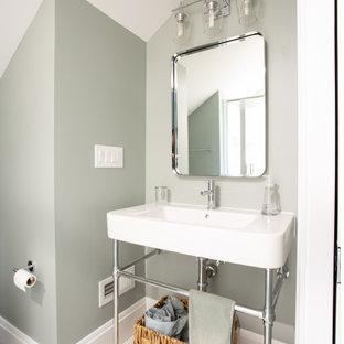 Idéer för små vintage vitt badrum, med vita skåp, en dusch i en alkov, en toalettstol med separat cisternkåpa, grön kakel, gröna väggar, klinkergolv i keramik, ett piedestal handfat, vitt golv och dusch med gångjärnsdörr