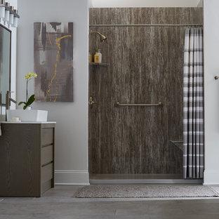 Стильный дизайн: большая главная ванная комната в стиле модернизм с плоскими фасадами, коричневыми фасадами, отдельно стоящей ванной, душем в нише, серой плиткой, плиткой из листового камня, белыми стенами, бетонным полом, настольной раковиной, столешницей из искусственного кварца, серым полом и шторкой для душа - последний тренд