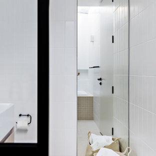 Réalisation d'une petit salle de bain principale design avec des portes de placard marrons, un bain japonais, un espace douche bain, un WC à poser, un carrelage blanc, des carreaux de céramique, un mur blanc, un sol en carrelage de céramique, un lavabo suspendu, un sol beige et aucune cabine.
