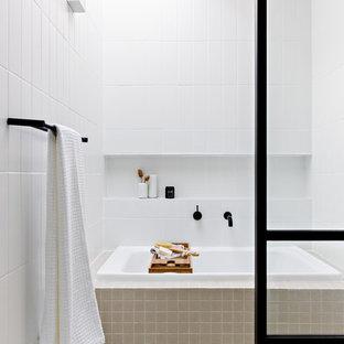 Foto di una piccola stanza da bagno padronale minimal con vasca giapponese, doccia aperta, piastrelle bianche, piastrelle in ceramica, pareti bianche, pavimento in gres porcellanato, pavimento beige, doccia aperta e top bianco