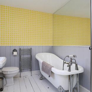 Esempio di una stanza da bagno per bambini eclettica di medie dimensioni con vasca con piedi a zampa di leone, doccia ad angolo, WC a due pezzi, pareti gialle, pavimento in legno verniciato, lavabo a colonna, pavimento bianco e porta doccia a battente