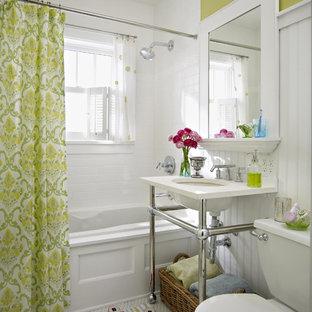 Idées déco pour une salle de bain classique avec un lavabo encastré, une baignoire posée, un WC séparé, un carrelage blanc et un mur vert.