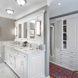 Exempel på ett klassiskt badrum, med ett undermonterad handfat, luckor med upphöjd panel, vita skåp och vit kakel