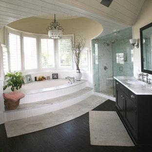 Exempel på ett klassiskt badrum, med ett undermonterad handfat, luckor med infälld panel, svarta skåp, en dusch i en alkov och ett undermonterat badkar