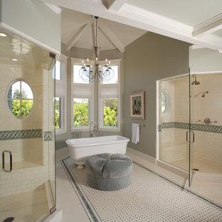 Выдающиеся фото от архитекторов и дизайнеров интерьера: ванная комната в классическом стиле с ванной на ножках, двойным душем и зеленым полом