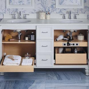 Idee per una stanza da bagno con doccia tradizionale di medie dimensioni con ante con riquadro incassato, ante grigie, pareti blu, pavimento in gres porcellanato, lavabo sottopiano, top in superficie solida e pavimento blu