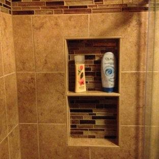 Foto di una stanza da bagno padronale tradizionale con piastrelle multicolore, piastrelle di vetro, ante con bugna sagomata, ante in legno bruno, doccia alcova, pareti beige e pavimento in gres porcellanato