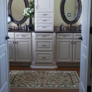 Imagen de cuarto de baño principal, actual, de tamaño medio, con armarios con paneles con relieve, puertas de armario de madera clara, encimera de granito, ducha doble, baldosas y/o azulejos beige, baldosas y/o azulejos de terracota, paredes verdes, lavabo encastrado y suelo de madera oscura