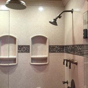 Idee per una stanza da bagno mediterranea con doccia alcova, piastrelle marroni, piastrelle a listelli e porta doccia a battente