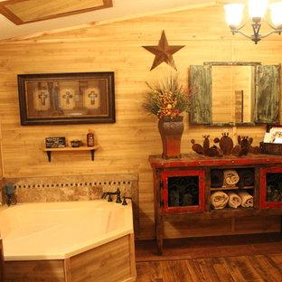 Imagen de cuarto de baño principal, rústico, grande, con armarios abiertos, puertas de armario de madera en tonos medios, bañera esquinera, paredes marrones, suelo de madera oscura, lavabo encastrado y encimera de madera