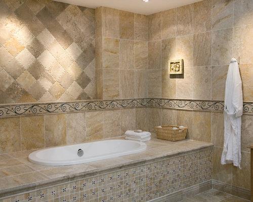 Salle de bain avec une baignoire d 39 angle et des portes de placard jaunes - Taille moyenne salle de bain ...