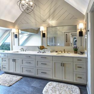 Idee per una stanza da bagno tradizionale con ante lisce, pavimento in ardesia e top in quarzo composito