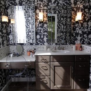 Imagen de cuarto de baño principal, contemporáneo, de tamaño medio, con lavabo bajoencimera, puertas de armario marrones, encimera de mármol, baldosas y/o azulejos multicolor, armarios estilo shaker, ducha empotrada, sanitario de una pieza, baldosas y/o azulejos de porcelana, paredes multicolor y suelo de baldosas de porcelana