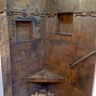 Immagine di una stanza da bagno con doccia american style di medie dimensioni con ante lisce, ante in legno scuro, top in marmo, piastrelle di vetro, pareti bianche, pavimento in travertino e piastrelle marroni