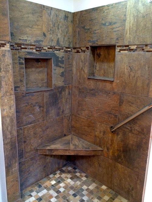 Salle d'eau avec un sol en travertin et un carrelage marron ...