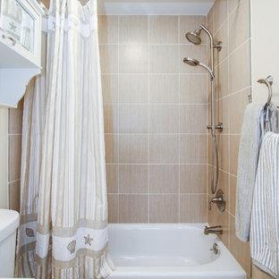 Diseño de cuarto de baño marinero, pequeño, con ducha empotrada, sanitario de dos piezas, baldosas y/o azulejos naranja, baldosas y/o azulejos de cerámica, paredes beige, suelo de baldosas de cerámica, lavabo integrado, suelo naranja y ducha con cortina