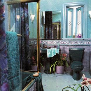Ispirazione per una grande stanza da bagno con doccia bohémian con vasca ad alcova, vasca/doccia, WC a due pezzi, piastrelle blu, piastrelle multicolore, piastrelle rosa, piastrelle in ceramica, pareti blu, pavimento in gres porcellanato, lavabo a colonna, pavimento blu e porta doccia scorrevole