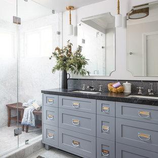 Idéer för ett stort klassiskt en-suite badrum, med skåp i shakerstil, grå skåp, en toalettstol med hel cisternkåpa, svart kakel, stenkakel, vita väggar, marmorgolv, ett undermonterad handfat, marmorbänkskiva, en dusch i en alkov och dusch med gångjärnsdörr