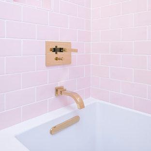 Idee per una stanza da bagno chic con ante in legno scuro, vasca ad angolo, doccia ad angolo, piastrelle rosa, piastrelle in ceramica, pareti bianche, pavimento in gres porcellanato, lavabo sottopiano, top in quarzite, pavimento multicolore e top bianco