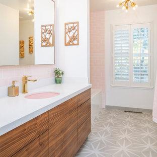 Exempel på ett klassiskt vit vitt badrum, med skåp i mellenmörkt trä, ett hörnbadkar, en hörndusch, rosa kakel, keramikplattor, vita väggar, klinkergolv i porslin, ett undermonterad handfat, bänkskiva i kvartsit och flerfärgat golv