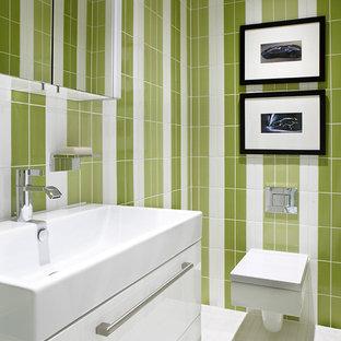 Imagen de cuarto de baño actual, de tamaño medio, con armarios con paneles lisos, puertas de armario blancas, sanitario de pared, paredes multicolor y lavabo integrado