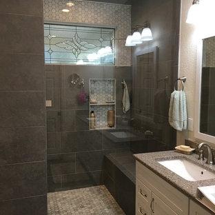 Bild på ett stort vintage grå grått en-suite badrum, med skåp i shakerstil, vita skåp, en öppen dusch, grå kakel, porslinskakel, grå väggar, klinkergolv i porslin, ett undermonterad handfat, bänkskiva i kvarts, grått golv och med dusch som är öppen